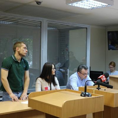 Суд почав досліджувати документи у справі екс-патрульного Олійника