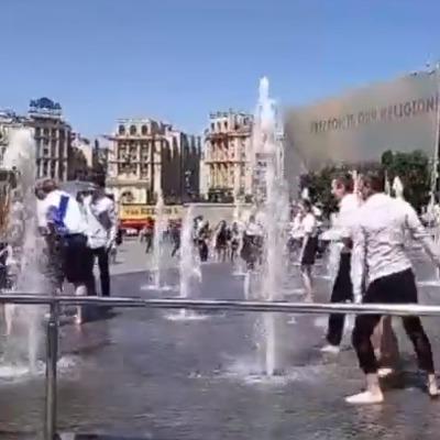 Відео дня: випускники відсвяткували закінчення школи традиційним купанням у фонтанах