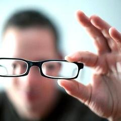 Люди, які носять окуляри, розумніші, – вчені