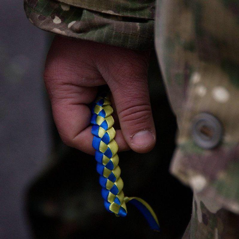 На Донеччині ворожі снайпери тяжко поранили двох українських бійців