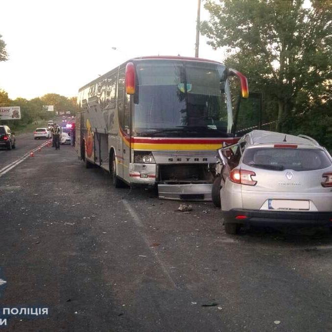 У Рівному легковик зіткнувся з пасажирським автобусом, є жертви (фото)