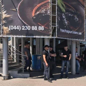 У Києві «тітушки» заблокували торговий центр: подробиці інциденту