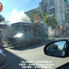 В Києві біля станції метро підпалили МАФи (фото)
