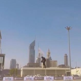 На виставці у Дубаї чоловік із реактивним ранцем літав, наче у супергеройському фільмі (відео)