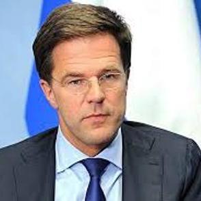 Прем'єр Нідерландів розлив каву на вході в парламент і сам витер її шваброю