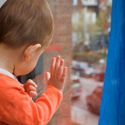 Мати поралася на кухні: на Тернопільщині слідом за москітною сіткою з 4-го поверху впав однорічний хлопчик