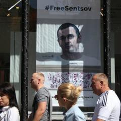 Аеропорт «Бориспіль» пропонує пасажирам наліпки з хештегом #FreeSentsov