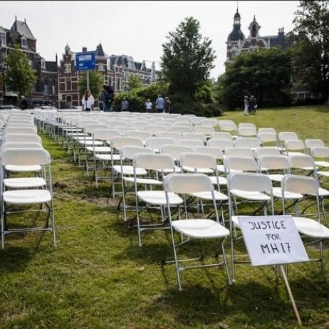 Родичі жертв МН17 влаштували протест під посольством Росії в Гаазі