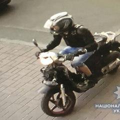 У Києві злочинець грабував перехожих на мотоциклі