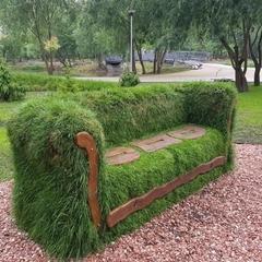 У київському парку поставили диван із трави