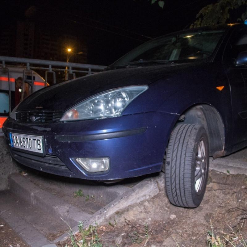 У Києві водій протаранив дві автівки та повис на сходах при спробі втекти