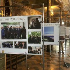 У Києво-Печерській лаврі на виставці вивісили фото з Путіним