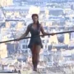 У Парижі канатоходка пройшлася над Монмартром на висоті 35 метрів (відео)