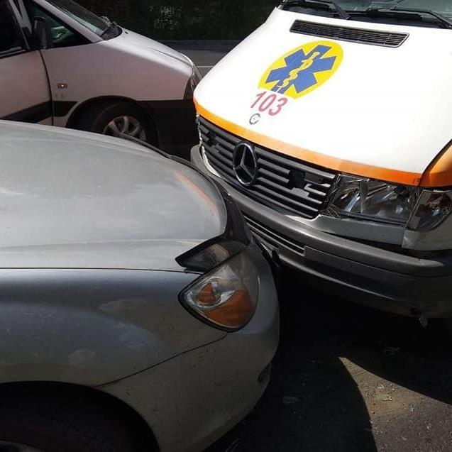 У Тернополі трапилася аварія за участі 5-ти автомобілів, серед яких - швидка допомога