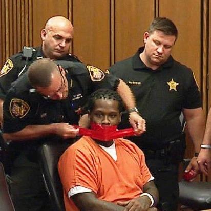 Людині у США заклеїли рота за рішенням судді