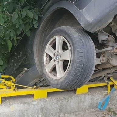 У Львові автомобіль пробив огорожу моста і завис на задніх колесах (фото)