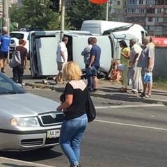 У Києві автівка в'їхала у перехожих, є постраждалі