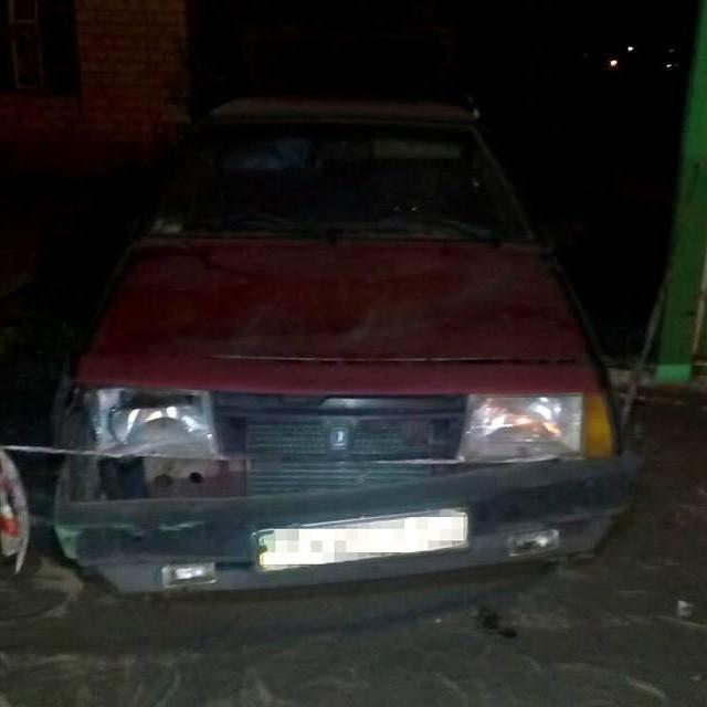 На Харківщині автомобіль влетів у зупинку з людьми