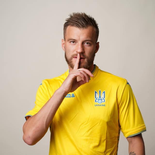 На формі футбольної збірної України з'явився напис «Слава Україні»