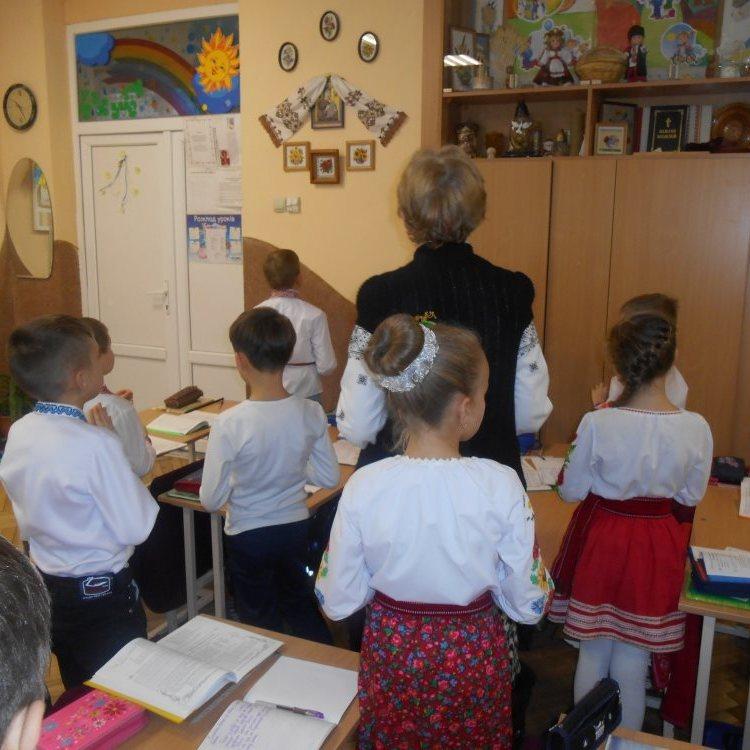 Школи Івано-Франківщини починатимуть тиждень з молитви й гімну