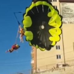 У Росії парашутисти впали на електропроводи (відео)