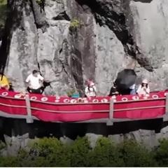 У Китаї відкрили ресторан на скелі (відео)