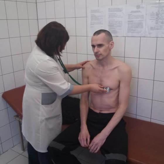 Російські тюремники показали фото Сенцова з лікарні