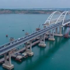 Шматок Кримського моста відвалився і впав у воду (відео)