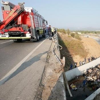 У Туреччині вантажівка з мігрантами впала з мосту: 22 загиблих