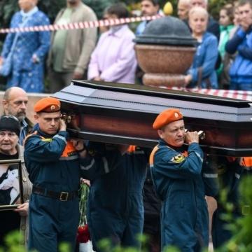 17 трун на площі: у Керчі прощаються з жертвами масового вбивства