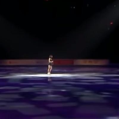 Російська фігуристка влаштувала стриптиз на льоду (відео)