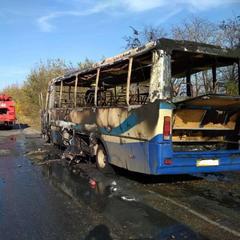 Під Дніпром під час руху загорівся автобус з людьми (фото)