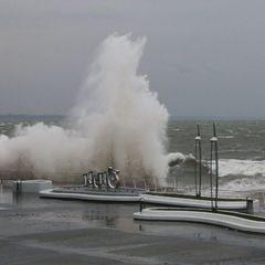 В Одесі хвиля змила дівчину з пірсу в море, вона потонула