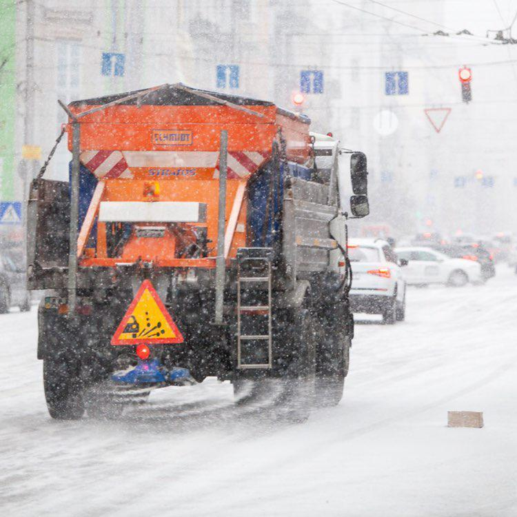 Снігоприбиральна техніка вже працює на дорогах столиці - КМДА (відео)