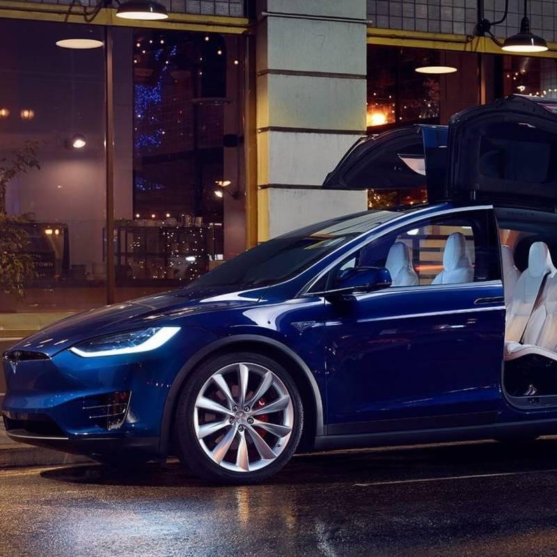 У чорну п'ятницю у Києві з салону викрали автомобіль Tesla