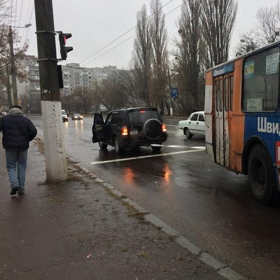 У Житомирі через сильну ожеледицю заблоковано рух транспорту (фото, відео)