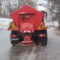 335 одиниць спецтехніки оброблюють вулиці Києва протиожеледними матеріалами, – КМДА