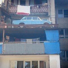У Тбілісі автівка майже чверть століття була «припаркована» на балконі четвертого поверху (відео)