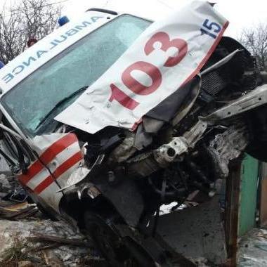 У Житомирі «швидка» та ще одна автівка в'їхали у будинок: травмовано 8 людей (фото)
