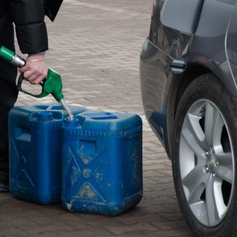 На Дніпропетровщині чоловік після сварки облив бензином і підпалив дружину та її сина