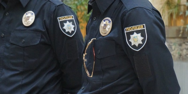 На Полтавщині чотири п'яних поліцейських напали на перехожого та побили його
