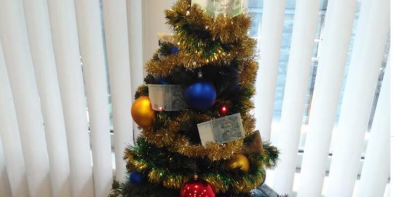 У Верховній Раді новорічну ялинку прикрасили грошима