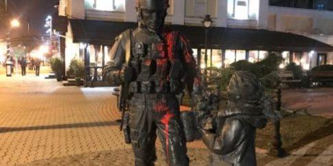 У Криму кажуть, що пам'ятник «зеленим чоловічкам» облив киянин