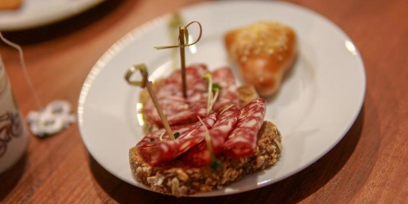 На форумі Порошенка гостей пригощають пиріжками з м'ясом, печивом і канапками (фото)