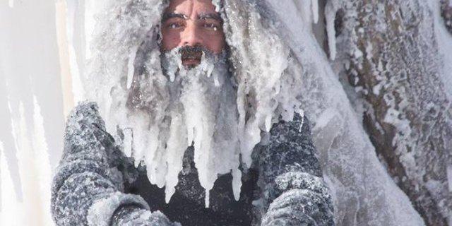 Скажені серфери-супергерої підкорили хвилі в мороз (фото)