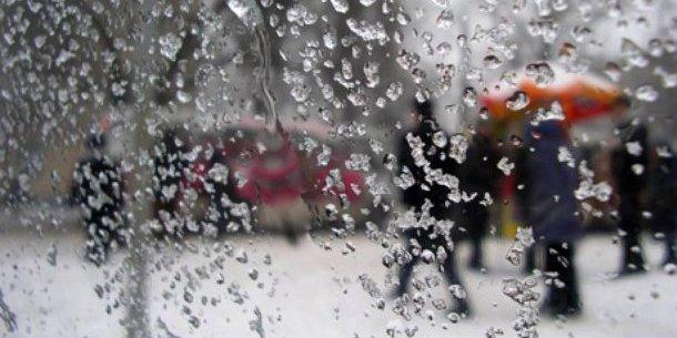 Із понеділка Україну почне накривати дощами й снігом
