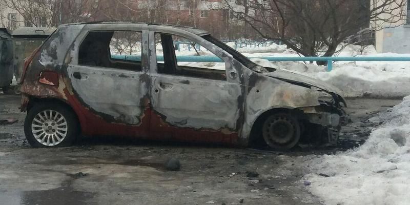У Полтаві невідомі за ніч спалили шість автомобілів (фото)
