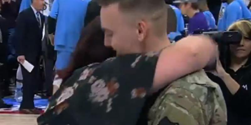 Солдат, який повернувся зі служби, влаштував сюрприз матері (відео)