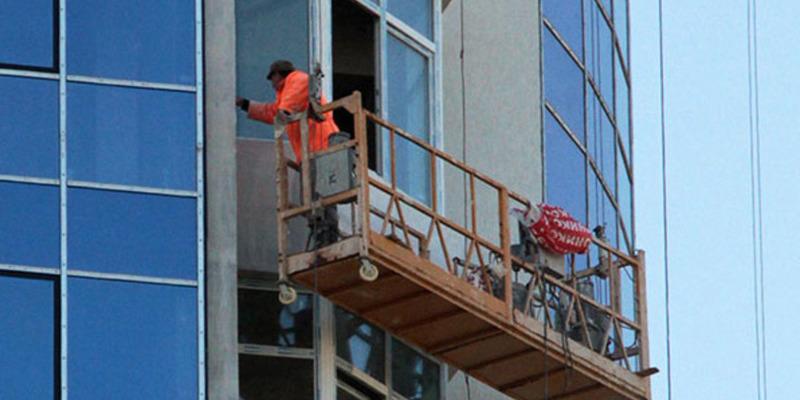 У Києві ремонтник зірвався з люльки на висоті 7 поверху