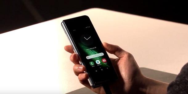 Представлено перший в світі смартфон з екраном, що згинається (відео і ціна)